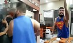 #LordPizza: Insulta y golpea a personal tras negarse a venderle pizza (Video)